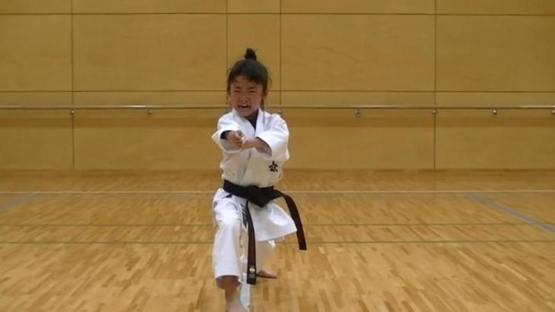 Are doar 7 ani dar este deja un FENOMEN în artele marţiale: Antrenamentul acestei fetiţe este INCREDIBIL
