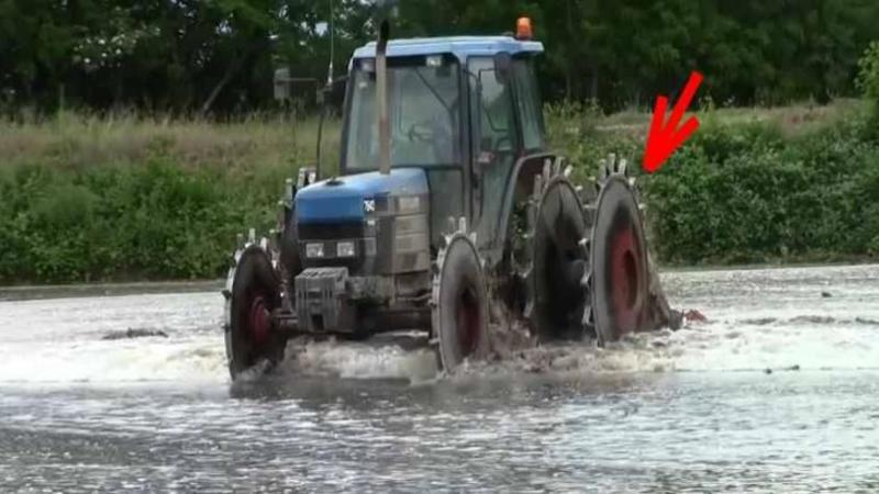 La prima vedere pare o nebunie să vezi asemenea ROTI pe un tractor... dar când ai să îţi dai seama la ce folosesc... WOW, pur şi simplu geniale! Aşa arată un tractor care lucrează câmpurile de OREZ!