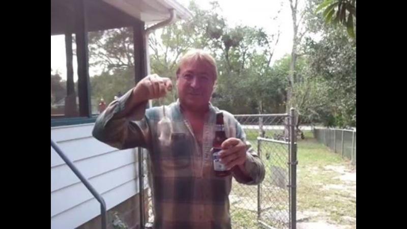 Te-ai intrebat vreodata cat de simplu este sa deschizi o bere folosind un soarice viu ? Iata ce trebuie sa faci.