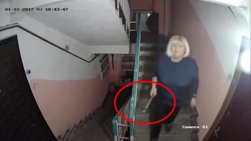 Avea probleme cu vecinii si s-a decis sa monteze o camera de supraveghere pe casa scarii. Si-a pus acum tot blocul in cap.