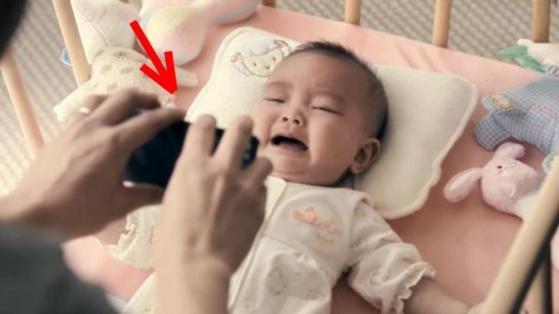 Tăticul era singur acasă şi nu putea să îşi facă copilaşul să se oprească din plâns cu ajutorul TELEFONULUI de ultimă generaţie.... dar ce face după câteva secunde, mi-au dat lacrimile de fericire! Emoţionant