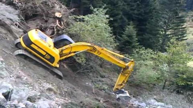 Excavatorul stătea pe marginea prăpastiei, când deodată alunecă spre stupoarea tuturor! Când am văzut ce a făcut defapt cu el nu mi-a venit să cred că este posibil... WOW