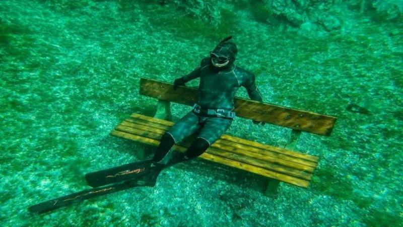 Face o săritură în APA calmă şi limpede precum cristalul: Ce îi aşteaptă jos... WOW, o frumuseţe rară pentru toţi pasionaţii de scufundări!