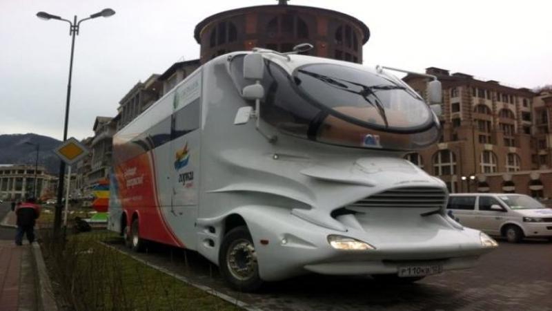 Pentru cei care IUBESC drumeţiile şi vor să călătorească în LUX vă prezentăm caravana de $3.3 milioane de dolari în care luxul nu cunoaşte limite! Este o capodoperă pe roţi în care vei călători cu STIL