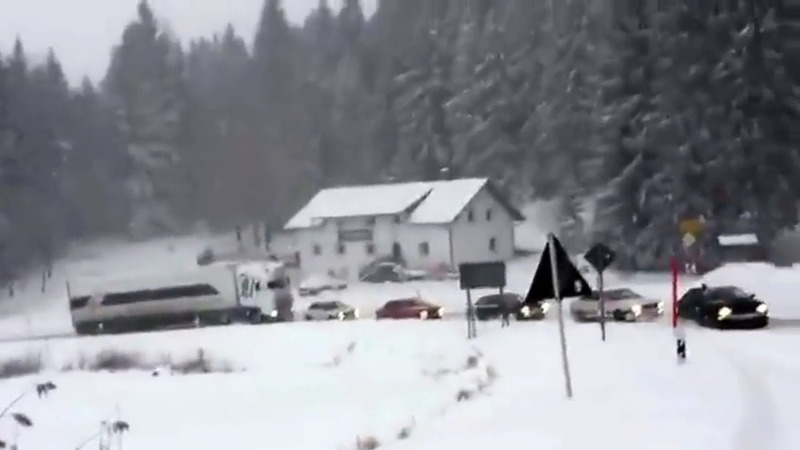 5 autoturisme au pus umarul la treaba pentru a ajuta un camion sa iasa din zapada.