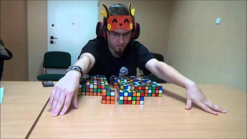 Inşiră 41 de cuburi Rubik pe masă şi le priveşte o singură dată pe toate: Ce face în următoarele secunde legat la ochi nu mi-a venit să cred ce văd! Acest băiat te va lasa complet ULUIT... WOW