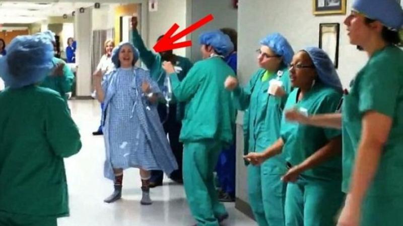 Urma să intre într-o operaţie de CANCER care îi putea fi fatală, aşa că doctorii şi asistentele i-au pregătit o surpriză pe care nu o va uita niciodată! Uite ce s-a întâmplat cu câteva minunte înainte... Uimitor