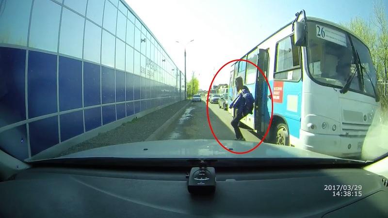 Cat de prost sa fii ?  Soferul autobuzului a deschis usa inainte sa ajunga in statie dar priveste ce face acest calator IDIOT ! A fost la un pas de moarte.