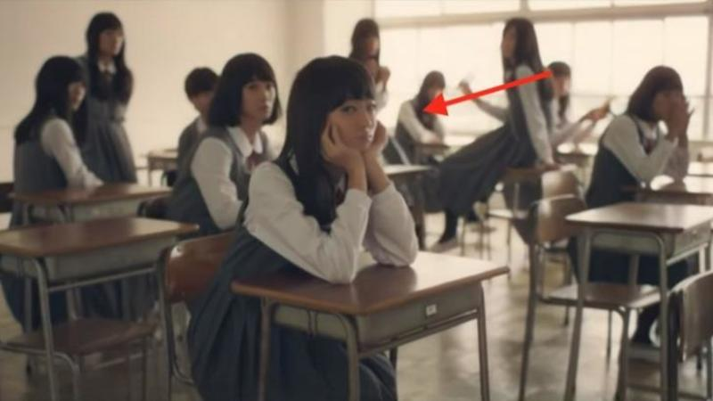 Profesoara intră într-o clasă normală plină cu FETE... şi când colo... SURPRIZA! Nimic nu este ceea ce pare, doar fi atent la ce se întâmplă defapt cu aceste fete! WOW, nu mă aşteptam la aşa ceva!