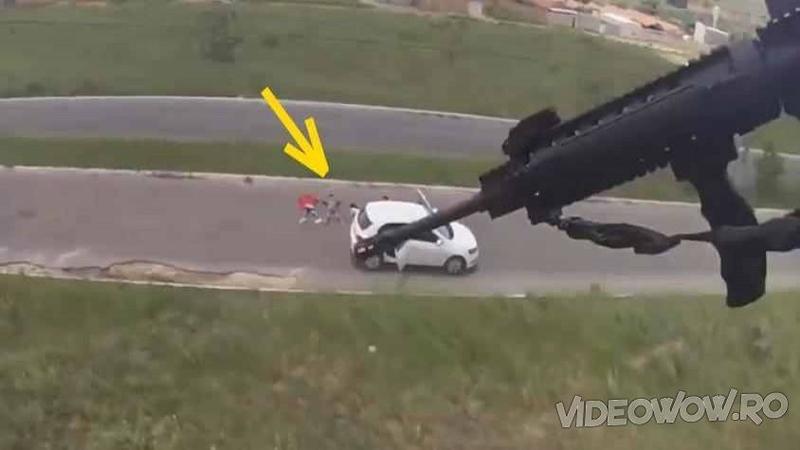 O maşină albă suspectă este văzută de POLITIA Braziliană în apropiere de un cartier rău famat: Cum reacţionează pentru a oprii autovehiculul... WOW, nici în filme nu vezi asemenea scene!