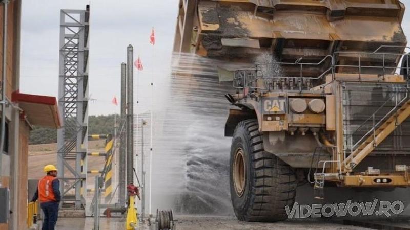 Cu toţii ştim cum arată o SPALATORIE de autoturisme normale, dar cu siguranţă nu ai văzut cum arată o spălătorie pentru maşinăriile extreme care lucrează în minerit! Absolut spectaculoase... WOW