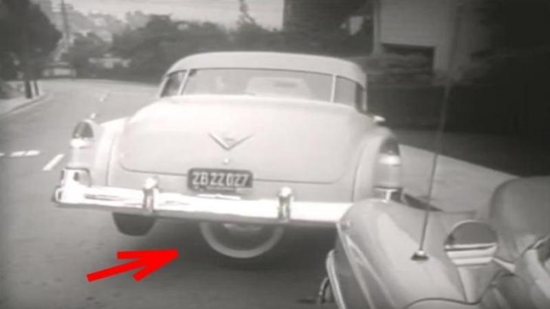 Se urcă în maşina parcată şi apasă pe un BUTON care face un lucru nemaîntâlnit: Când ai să vezi cât de uşor parchează autoturismul cu ajutorul acestei invenţi BESTIALE vei saliva de plăcere... o vreau şi eu pe maşina mea