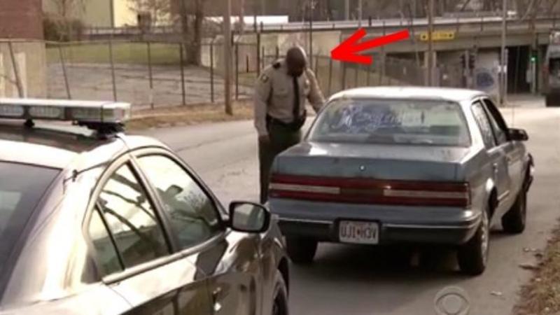Acest POLITIST opreşte o maşină suspectă în trafic! Ce AMENDA usturătoare i-a dat şoferului l-a lăsat cu mâna la inimă şi cu lacrimi în ochi! Un gest absolut superb