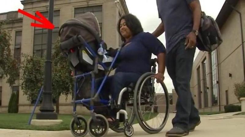 Un tânăr student a creat căruciorul pentru mămicile aflate în scaunul cu ROTILE! O invenţie de milioane pentru toate mămicile cu dizabilităţi