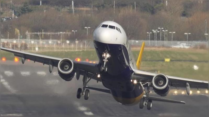 Ti-e frică să ZBORI cu avionul? Atunci nu te uita la acest video terifiant cu AVIOANE care decolează şi aterizează în condiţii extreme! Curajul şi experienţa piloţilor au făcut ca aceşti giganţi ai aerului să fie în siguranţă!