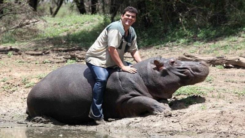 Este animalul care omoară cei mai mulţi oameni din lume, dar când ai să vezi ce face acest om cu el vei rămâne fără cuvinte! Legătura stranie dintre ei este mai mult decât o MINUNE...