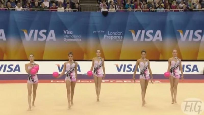 Au urcat pe scenă fiecare cu câte o MINGIE în mână, dar când ai să vezi ce fac aceste 5 GIMNASTE vei rămâne fără cuvinte, cu adevărat unic şi uluitor! Performanţa lor este impecabilă