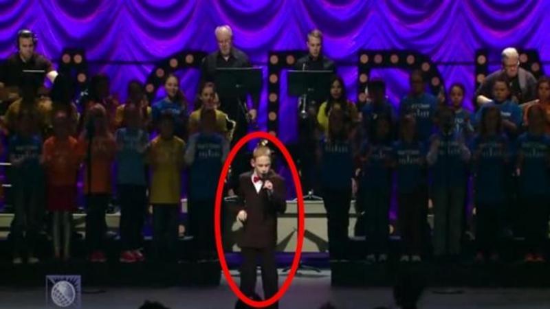 Acest micuţ suferă de AUTISM şi pe lângă asta mai este şi ORB, dar când vocea lui răsună în sala plină de oameni... pur şi simplu încălzeşte sufletele tuturor cu vocea lui minunată! O interpretare extraordinară
