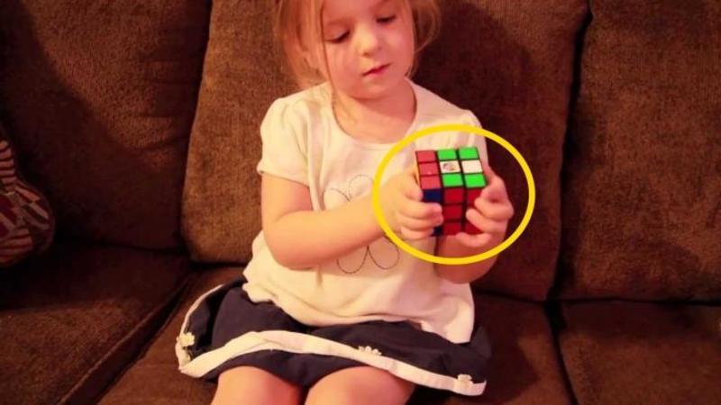 Are doar 3 ani, dar când tatăl îi înmânează un cub Rubik nu mi-a venit să cred ce face cu el... fetiţa asta este absolut DEMENTIALA... WOW