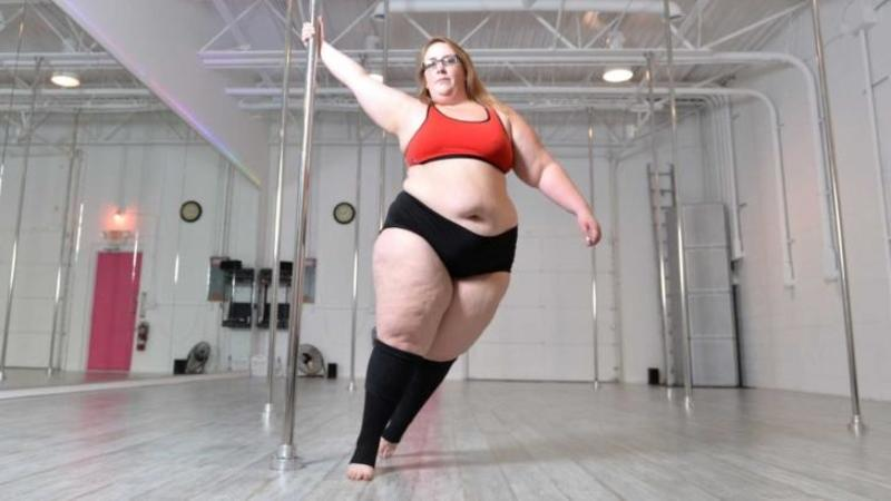 Este cea mai GRASA dansatoare la bară din lume, iar formele ei au înebunit o grămadă de bărbaţi! Când ai să o vezi cum se mişcă pe scenă vei rămâne cu mâna la inimă... WOW