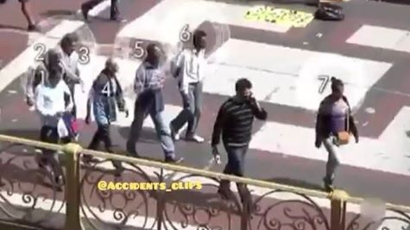 Iată cum poţi fi tâlhărit în plină stradă şi nu poţi dovedi nimic. Poliţia a organizat un flagrant pentru a-i prinde pe cei 7 suspecţi. Incredibil !
