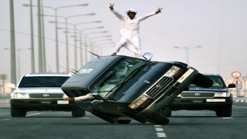 Ultima distracţie a Arabilor putred de bogaţi: ?Schiatul? pe maşinile aflate pe 2 roţi în MERS! O nebunie curată