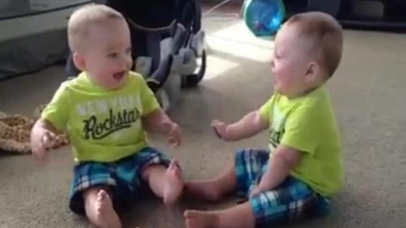 Mămica îşi surprinde gemenii prinşi în prima lor conversaţie aprinsă! Discuţia lor te va face să râzi cu lacrimi - Sunt apetisanţi micuţii ăştia certăreţi