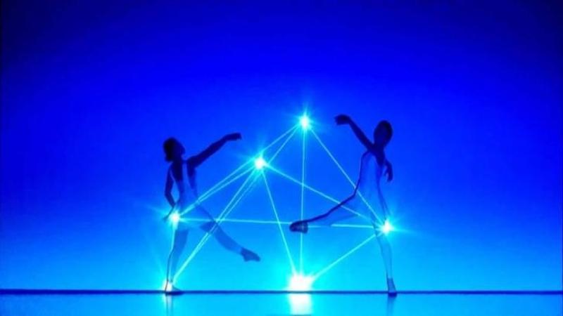 Când luminile se aprind pe scenă toată lumea rămâne nemişcată, dar nu orice lumini... sunt FENOMENALE şi în mâinile acestor balerine prind cu adevărat viaţă! Vă promitem un spectacol INEDIT şi uimitor