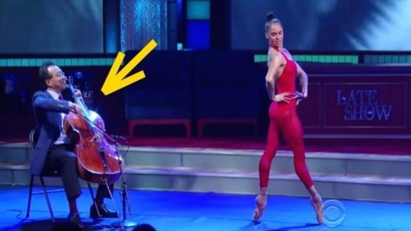 O balerin? urc? pe scen? îmbr?cat? în ro?u ?i se a?eaz? lâng? VIOLONCEL: Când muzica începe preg?te?te-te s? fi l?sat MUT de uimire... uite cum poate s? danseze pe ritmurile violoncelului... FENOMENAL