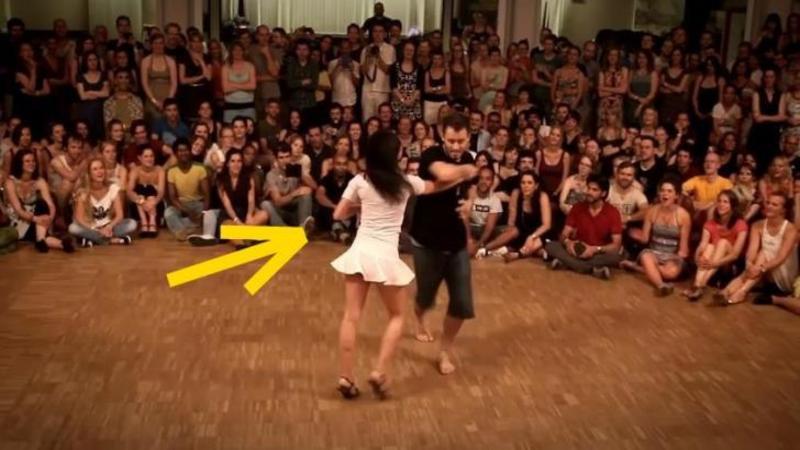 Au intrat în mijlocul mulţimii şi s-au luat de mână: Când muzica a început toţi au rămas cu gura căscată... Dansul lor este ARTA