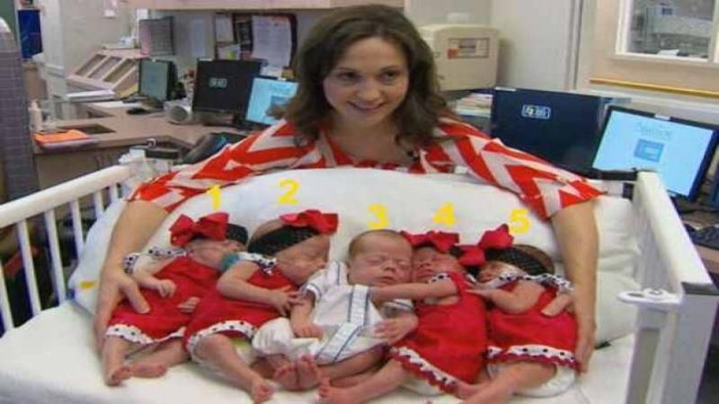 Când mămica se apropie şi îi îmbrăţişează nu am crezut că sunt toţi bebeluşii ei! Dar stai să vezi MINUNE aici, a născut nu unu, nu doi ci 5 copilaşi toţi sănătoşi şi frumoşi de îţi vine să îi mănânci