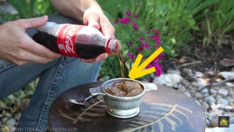 Varsă Coca-Cola de la FRIGIDER în acestă cană iar în următoarea secundă...WOW are un DESERT răcoritor şi delicios!
