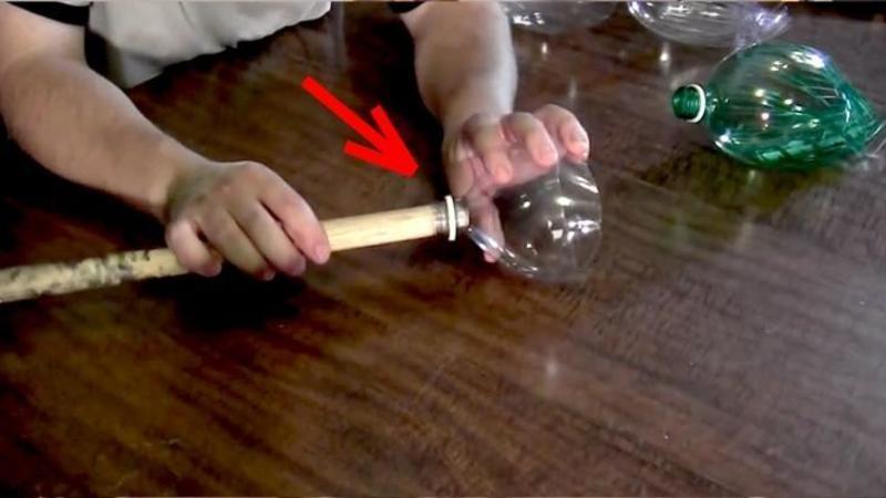 Taie o sticlă de PLASTIC şi îi ataşează o coadă de LEMN: Motivul este unul GENIAL, îţi va face curtea curată cât ai clipi!