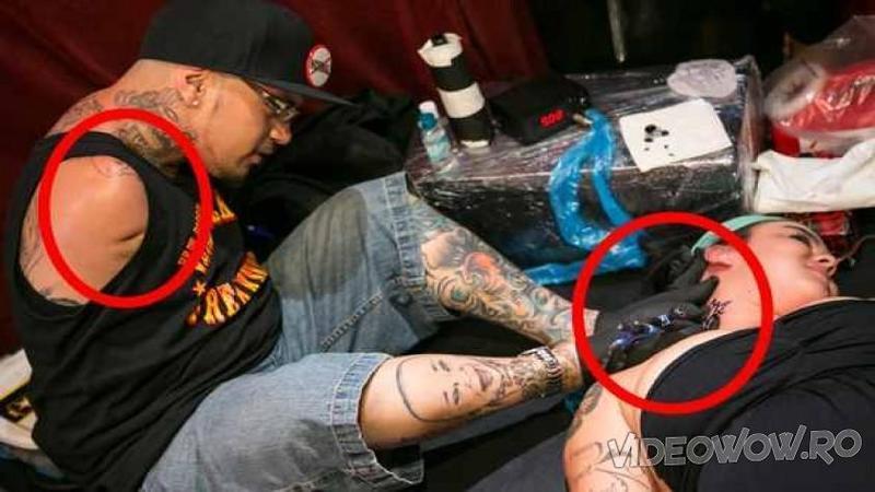 Mulţi nu s-ar da pe mâna lui... pardon PICIORUL lui, dar cu toate astea este unul dintre cei mai talentaţi TATUATORI din lume! Iată cum reuşeşte să deseneze cele mai frumoase tatuaje pe pielea ta doar cu ajutorul picioarelor!