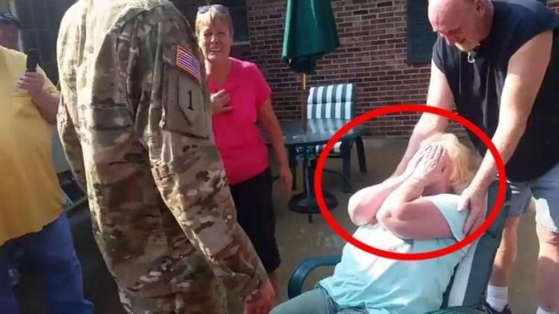 Se întoarce după 2 ani de servit în armată chiar de ZIUA mamei lui: Ce reacţie a putut să aibe mama atunci când şi-a văzut fiul este pur şi simplu ULUITOR! Mi-au dat lacrimile de emoţie