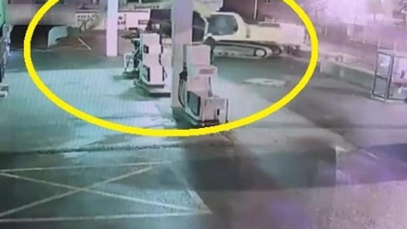 Proprietarul acestei benzinarii este disperat. Este pentru a doua oara in ultimii 6 ani cand afacerea ii este distrusa din cauza unui ATM. Hotii au smuls aparatul din perete folosind un EXCAVATOR !