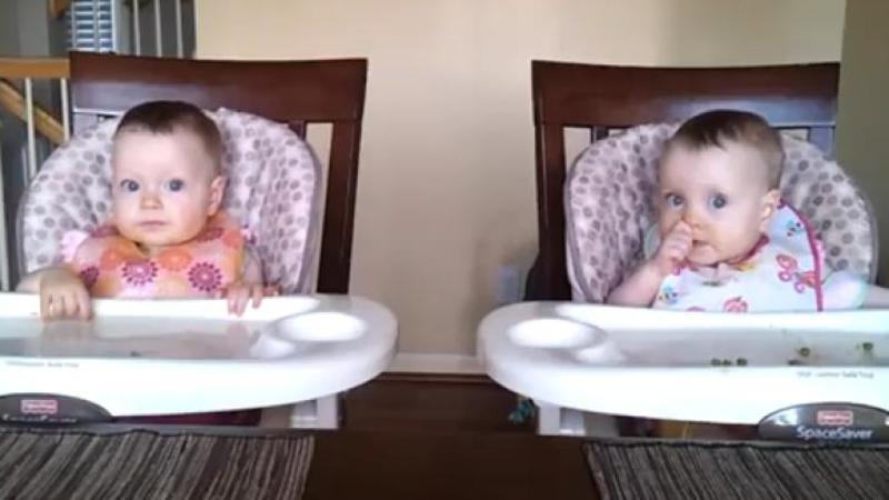 Mămica îşi filma micuţele gemene la masă când totul i-a o întorsătură neaşteptată... ce fac aceste scumpete când tatăl începe şi cântă la CHITARA mi-a topit inima... sunt pur şi simplu ADORABILE