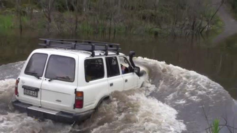 A PLONJAT cu maşina în apă intenţionat... câteva minute mai târziu nu mia venit să cred ce a făcut! Am rămas cu gura căscată pe tot parcursul videoclipului... WOW