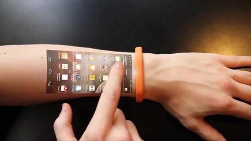 Işi întinde braţul şi pe mâna lui apare meniul de la SmartPhone: Când ai să vezi ultima tehnologie în materie de Gadgeturi vei rămâne INTERZIS! Telefon pe mâna ta!