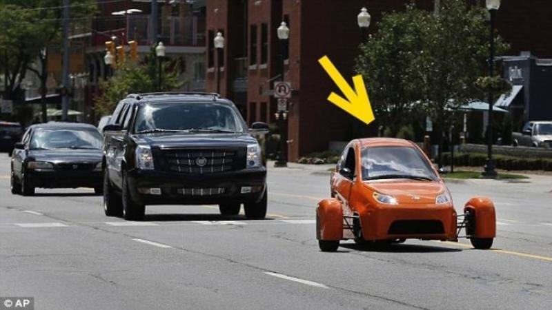 Pare un scuter de la depărtare, dar defapt este cea mai economică maşină din lume care costă cât un televizor: Consumă 2.5 litri de benzină la suta de kilometri