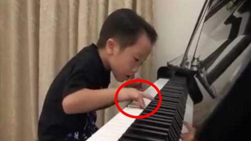 Vine din China şi are doar 5 anişori, dar când degetele sale mici şi firave ating clapele PIANULUI... Dumnezeule m-au trecut toţi fiorii! Nu ai să crezi cum cântă acest micuţ... pur şi simplu WOW