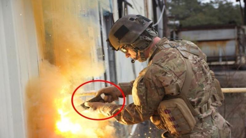 La prima vedere pare o LANTERNA în mâna acestui soldat, dar când mi-am dat seama ce este acel instrument... am rămas cu gura căscată! Iată ce invenţie absolut genială pentru a TAIA oţelul... Fantastic