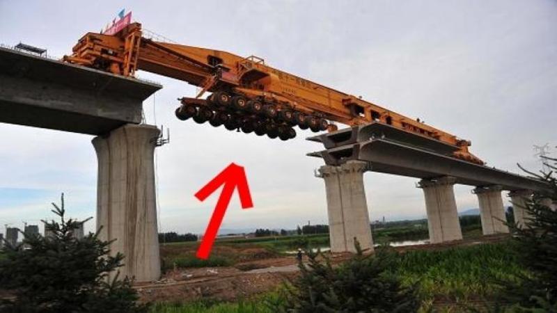 Este de NECREZUT ce face această maşinărie pe pilonii PODULUI... cu siguranţă nu mai există alta ca ea în lume! Uite la ce foloseşte acest mastodont din oţel... WOW