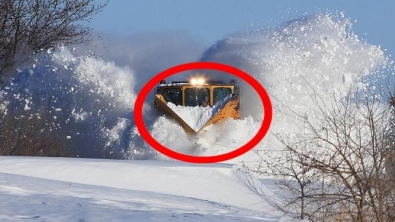 Iată ce se întâmplă când un MASTODONT din oţel pe şinele de TREN întâlneşte troiene de zăpadă în calea lui... Spectacolul este inedit şi FENOMENAL! Nu trebuie să ratezi acest video