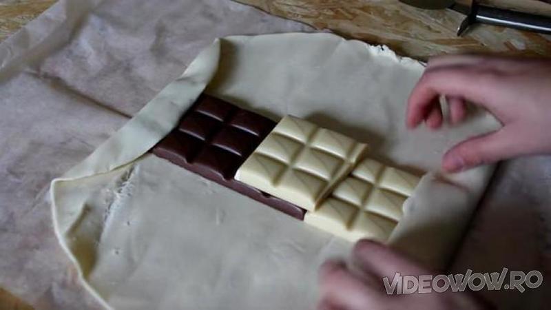 Aşează o bucată de CIOCOLATA neagră şi o bucată de CIOCOLATA albă pe un foietaj de prăjitură: Ce bunătate delicioasă iese din cuptor după 20 de minute... MMM, copii tăi vor fi înebuniţi după ea