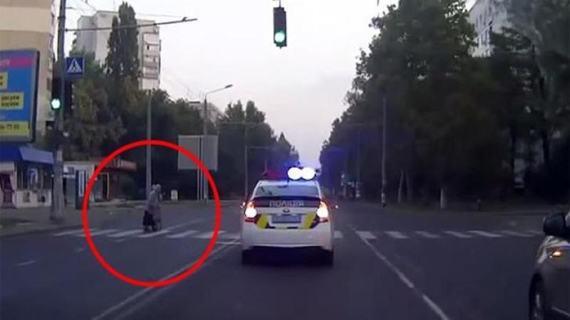 Maşina de POLITIE era într-o urmărire periculoasă când deodată se opreşte chiar lângă trecerea de pietoni! Ce s-a întâmplat apoi m-a lăsat fără cuvinte, un gest copleşitor de emoţionant... Respectele noastre pentru el