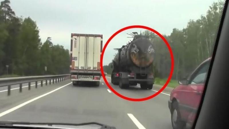 Mergea liniştit pe autostradă când deodată observă un camion BIZAR: Când se apropie de el nu i-a venit să creadă ce vede... pare ieşit dintr-un film HORROR!