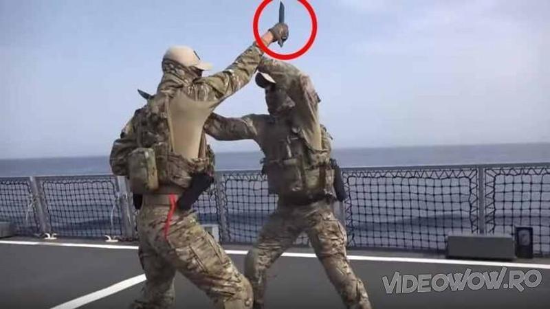 Au surprins 2 soldaţi luptându-se cu CUTITELE în mână şi când totul părea că se termină într-o tragedie... nu îţi va vine să crezi ce se întâmplă apoi! WOW