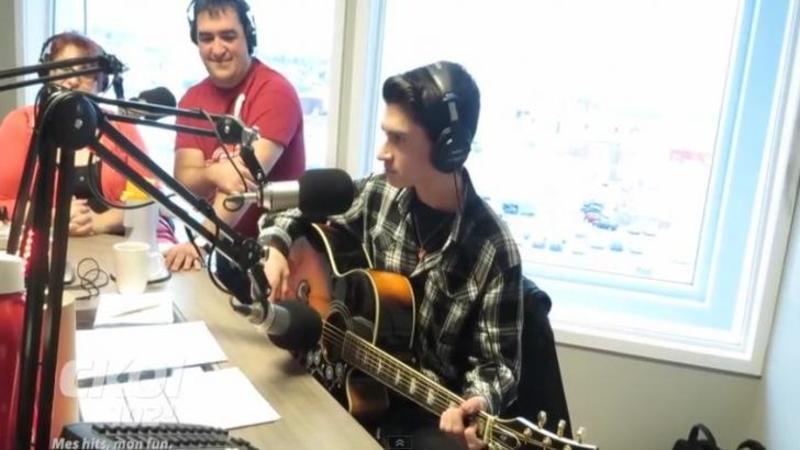 Un tânăr este invitat la o emisiune RADIO în direct: Dar când acesta este pus să interpreteze o melodie pentru ascultători... Dumnezeule nu îmi vine să cred ce aud, parcă celebrul Elvis Presley a înviat! WOW
