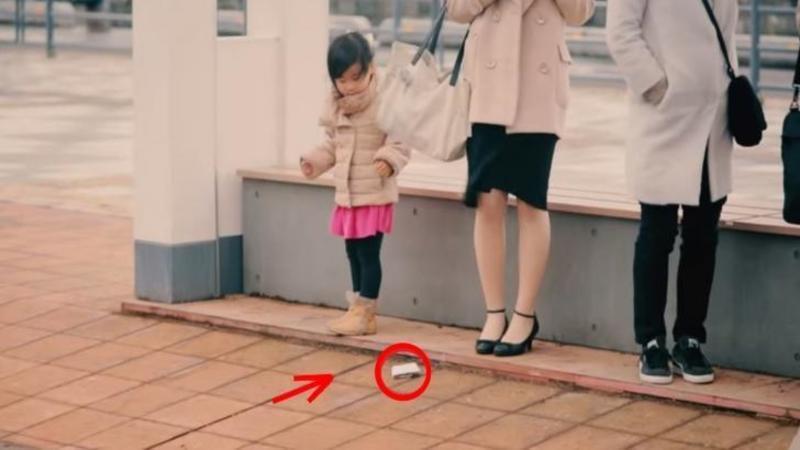 Si-au aruncat PORTOFELELE pe jos intenţionat chiar în faţa acestor copii: Reacţia lor? Nepreţuită...